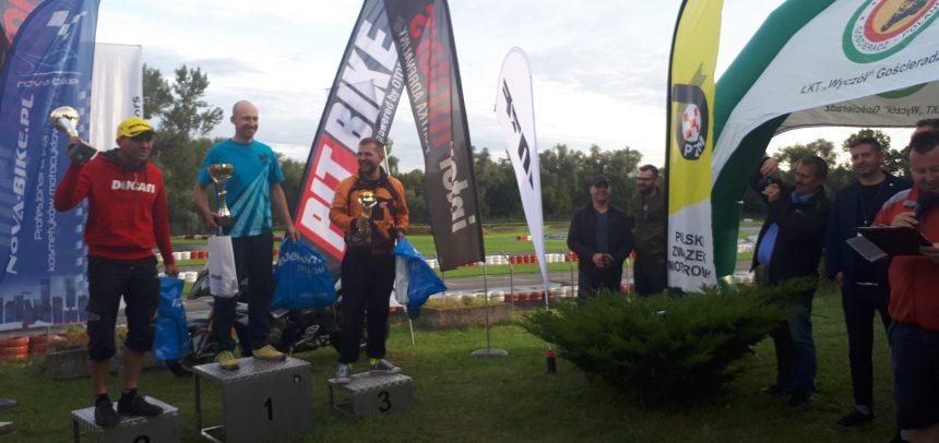Zawodnicy Wyczóła na podium Supermoto
